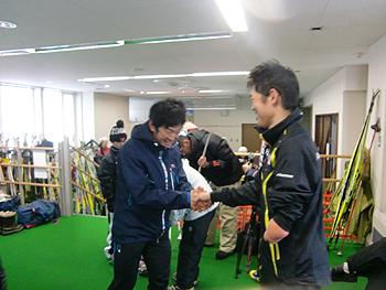 [写真]優勝した井川純一選手に祝福