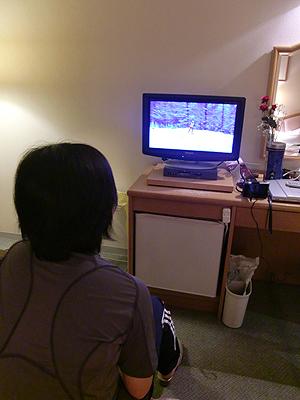 [写真]夜ミーティング、自分の走りを見る太田渉子