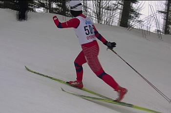 [写真]最後まで右手をスイングしスキーをグライドさせている。