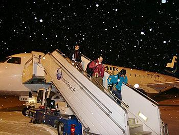 [写真]カヤーニ空港に到着