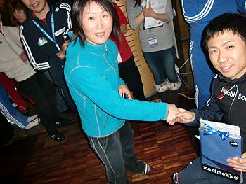[写真]美幌町同郷の阿部コーチに感謝する久保恒造