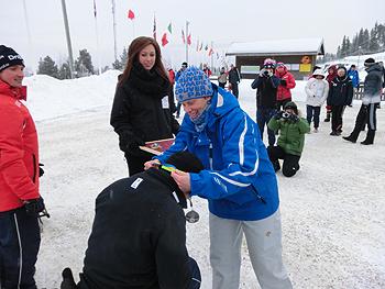 [写真]IPC役員リタさんからメダルをかけてもらう