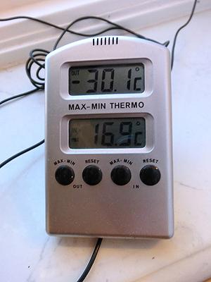 [写真]温度計がマイナス30℃を超えている