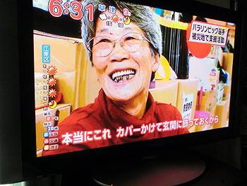 [写真]玄関に飾りたいと笑顔で話す