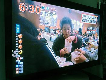 [写真]配膳する新田選手