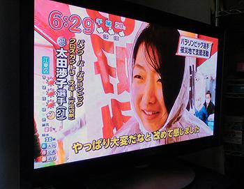 [写真]雨の中を炊き出しする太田選手