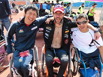 [写真]ラファエル選手とチョーク安岡選手と久保恒造選手