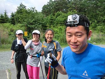 [写真]ビデオカメラを頭につけている瀧上賢治選手とそれを見て笑っている女子選手たち