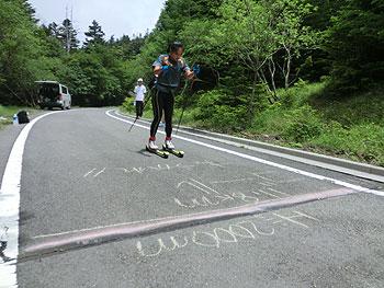 [写真]鹿沼由理恵選手ローラースキートレーニング風景
