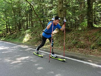 [写真]瀧上賢治選手ローラースキートレーニング風景