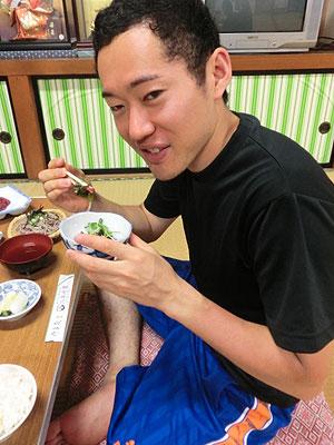 [写真]タコの酢の物を食べる瀧上賢治選手
