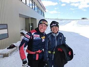 [写真]FIS女子総合1位ユスチナ・コヴァルチック選手と阿部友里香