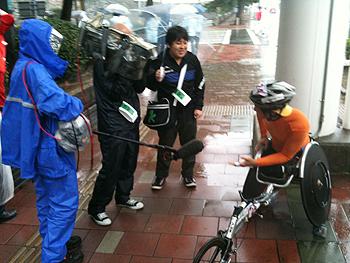 [写真]TBS朝ズバッの取材を受ける久保選手