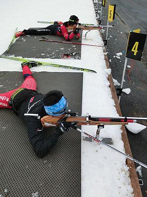 [写真]新田佳浩選手と太田渉子選手、射撃トレーニング