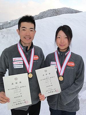 [写真]メダルと賞状を持つ新田佳浩選手と太田渉子選手