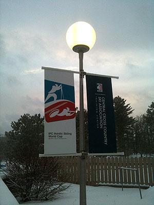 [写真]街灯に大会フラッグ