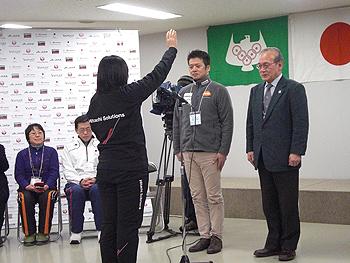 [写真]選手宣誓する阿部友里香選手