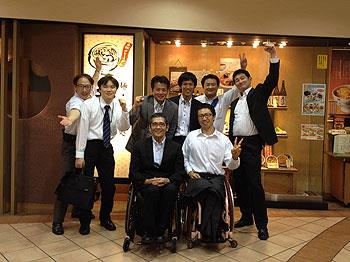 [写真]教育部と総務部の有志と長田弘幸、久保恒造、荒井秀樹