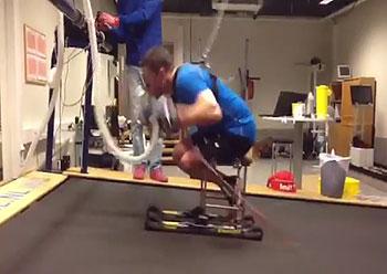 [写真]ローラーシットスキーで最大酸素摂取量測定を行うノルウェーのラーセン選手