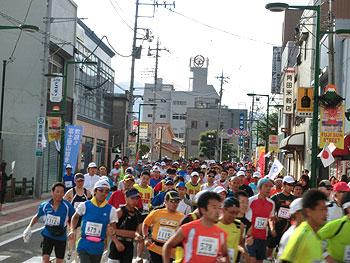 [写真]昨年の富士登山競走、富士吉田市から走り出したランナー