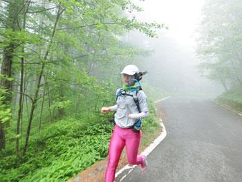 [写真]ランニングで下山する太田渉子
