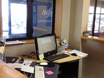 [写真]デスクのノートパソコンの隣にアウローラ人形