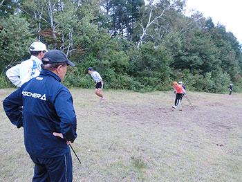 [写真]ジャンプサーキットトレーニングを見守るコーチ陣