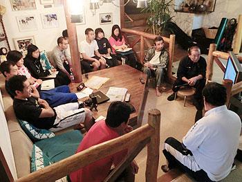 [写真]ロビーに全員集合してミーティング