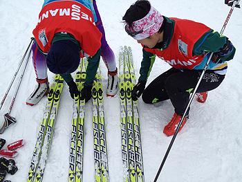 [写真]テストの結果順に並べる新田と嶋田コーチ
