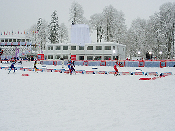 [写真]スキーを履きかえる選手たち