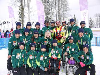 [写真]競技委員長ギヨルギーとボランティアのシャーナと日本チーム