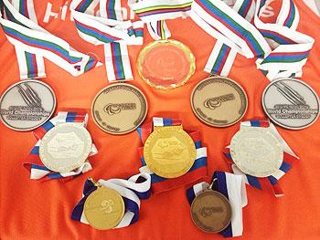 [写真]2012-2013シーズンに久保恒造選手が獲得したメダル(アメリカ大会の金メダル3個を除く)