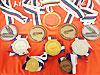 [写真]今シーズン久保恒造選手が獲得したメダル(アメリカ大会の金メダル3個を除く)