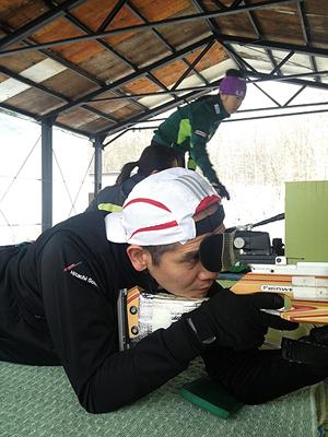 [写真]長田コーチも射撃トレ、弾痕を確認する