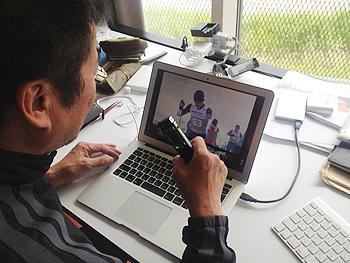 [写真]新田選手の映像を見ながら録音