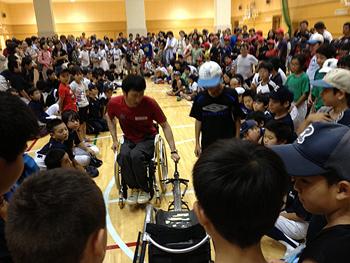 [写真]車いすのレーサーには、みんな関心が高いです