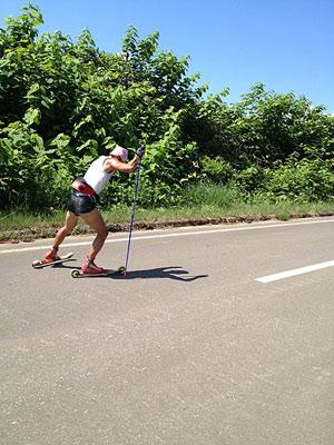 [写真]ローラースキーでスケーティングのトレーニングする新田佳浩選手