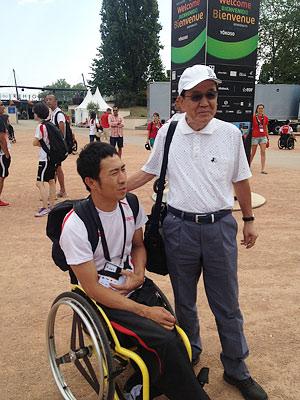 [写真]小野相談役と久保恒造選手