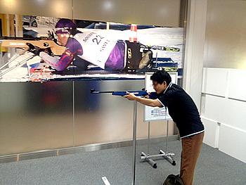 [写真]体験射撃に挑戦する浅野さん