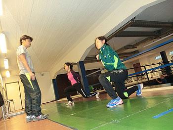 [写真]下半身のエクササイズを行う太田渉子と阿部友里香
