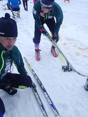 [写真]ワックス調整する小林・向コーチ
