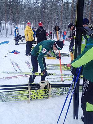 [写真]違うワックスのスキー板をスピード計測