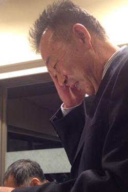 [写真]沢二次会でお礼の言葉を披露するお父さん