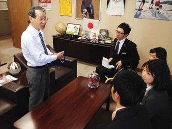 [写真]林相談役に報告