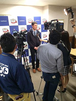 [写真]市庁舎でメディアのインタビュー