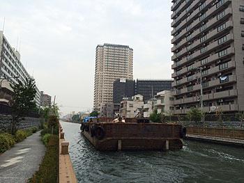 [写真]土砂を運ぶ運搬船が通る