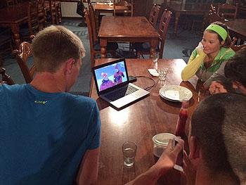 [写真]カナダのマーク選手が出た番組を見ているカナダチーム