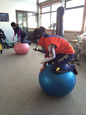 [写真]バランスボールに乗る選手