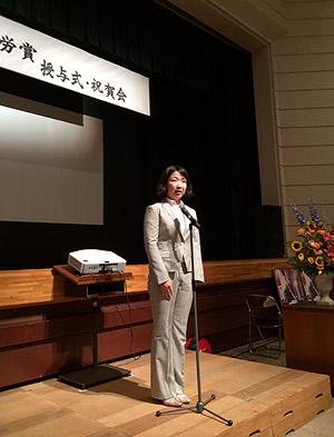 [写真]授与式で謝辞を述べる太田渉子