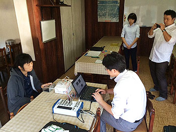 [写真]医科学サポートを受ける出来島桃子